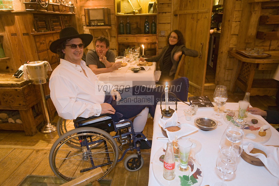"Europe/France/Rhone-Alpes/74/Haute-Savoie/Megève : Restaurant ""La Ferme de mon Père"" Marc Veyrat aprés un accident de ski en fauteuil roulant salue ses clients en salle<br /> PHOTO D'ARCHIVES // ARCHIVAL IMAGES<br /> FRANCE 2006"