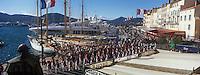 """Europe/Provence-Alpes-Côte d'Azur/83/Var/Saint-Tropez:Défilé lors  de la  Bravade  sur le port et le quai Frédéric Mistral  -   vu depuis la terrasse de l' Hotel """"Sube""""- Les Bravades sont des processions en l'honneur du Saint Patron de la ville]"""