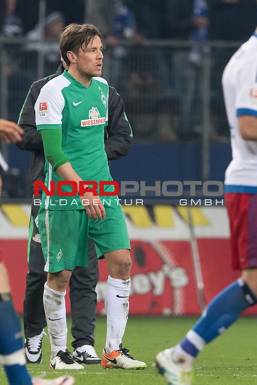 23.04.2016, Volksparkstadion, Hamburg, GER, 1.FBL. Hamburger SV vs Werder Bremen , im Bild<br /> entt&auml;uscht / enttaeuscht / traurig /<br /> Clemens Fritz (Bremen #8)<br /> <br /> <br /> Foto &copy; nordphoto / Kokenge