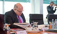 Berlin, Bundesumweltminister Peter Altmaier (CDU) schaut am Mittwoch (24.04.13) vor Beginn der Sitzung des Bundeskabinetts im Kanzleramt in seine Unterlagen.