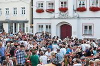 Deutschland, Bayern, Oberbayern, Hopfenanbaugebiet Hallertau (Holledau), Stadt Geisenfeld: Weinfest vor dem Alten Rathaus | Germany, Upper Bavaria, hop-planting area Hallertau (Holledau), town Geisenfeld: wine festival in front of the Old Townhall