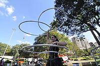 SAO PAULO, SP, 30 DE JUNHO DE 2012 - VIRADA ESPORTIVA SP - Publico participa de Bambolê no Vale do Anhangabaú na manhã deste sabado (30), durante Virada Esportiva 2012, que acontece este final de semana em São Paulo. FOTO: LEVI BIANCO - BRAZIL PHOTO PRESS