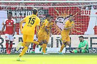 celebrate the goal, Torjubel zum 0:2 von Haris Seferovic (Eintracht Frankfurt), Enttaeuschung bei Torwart Jannik Huth (1. FSV Mainz 05) und Jean-Philippe Gbamin (1. FSV Mainz 05) - 13.05.2017: 1. FSV Mainz 05 vs. Eintracht Frankfurt, Opel Arena, 33. Spieltag