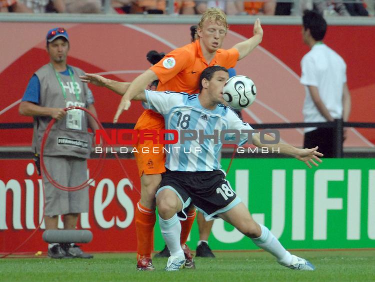 FIFA WM 2006 -  Gruppe C Vorrunde ( Group C )<br /> Play     #37 (21-Jun) - Niederland ( Holland ) - Argentinien<br /> <br /> Maxi Rodriguez (ARG) gegen Dirk Kuyt (NED)<br /> <br /> Foto &copy; nordphoto