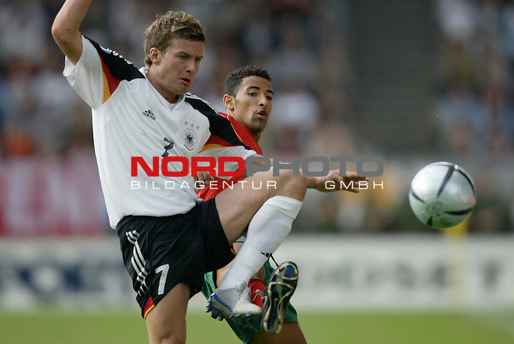 U21 - EM 2004 - Gruppe B<br /> <br /> Deutschland vs. Portugal<br /> <br /> Andreas Goerlitz (links) von Deutschland im Zweikampf mit <br /> <br /> Carlitos (Mitte) von Portugal.<br /> <br /> Foto &copy; nordphoto - Ruediger Lampe<br /> <br /> <br /> <br /> <br /> <br /> <br /> <br />  *** Local Caption *** Foto ist honorarpflichtig! zzgl. gesetzl. MwSt.<br /> <br />  Belegexemplar erforderlich<br /> <br /> Adresse: nordphoto<br /> <br /> Georg-Reinke-Strasse 1<br /> <br /> 49377 Vechta