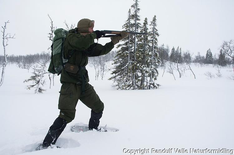 Jeger på truger ---- Hunter on snow shoes