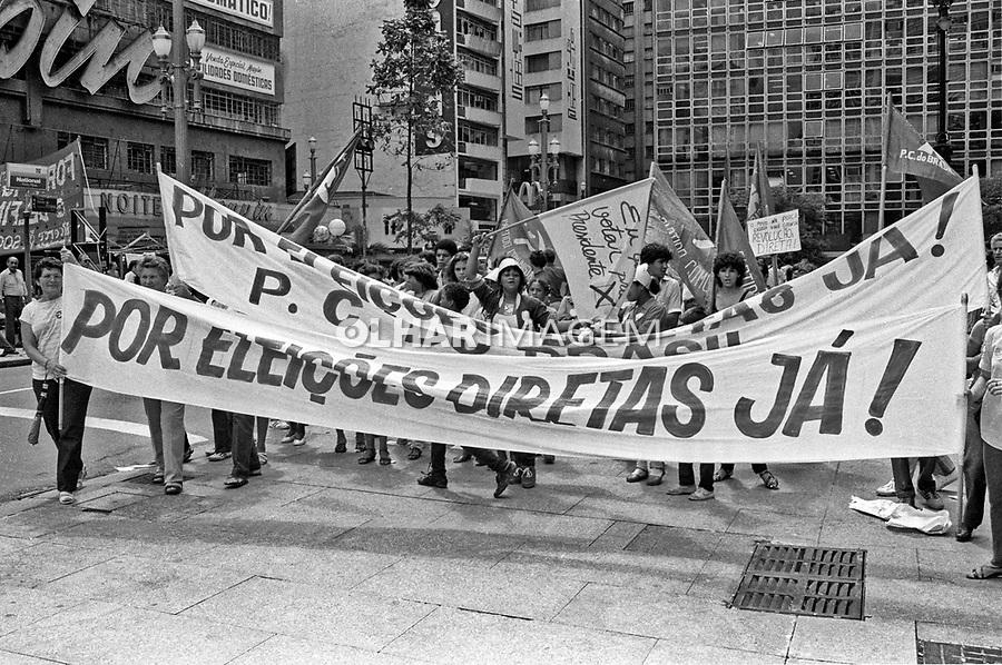 Passeata da campanha por eleições Diretas Já. Viaduto do Cha. SP. 1984. Foto de Juca Martins.
