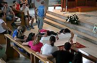 Un arresto per  omicidio della piccola Fortuna Loffredo, la bimba di soli sei anni morta dopo essere precipitata   il 24 giugno 2014 nel parco Verde di Caivano alla periferia. <br /> foto archivio i funerali di Fortuna