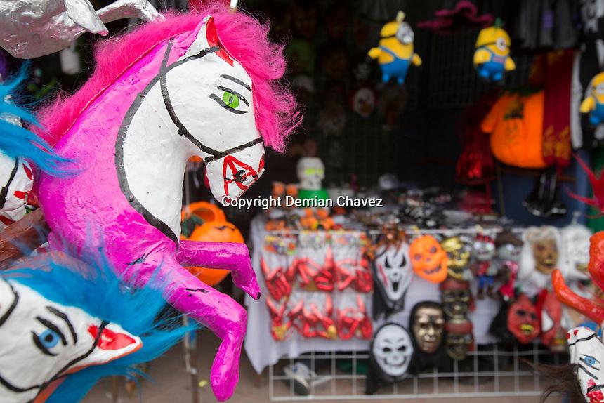 Quer&eacute;taro, Qro. 31 de octubre de 2016.- Juguetes, dulces, adornos, regalos son parte de la tradici&oacute;n de la vendimia de el tianguis de Todos Santos que este d&iacute;a abri&oacute; en el Jard&iacute;n Guerrero. Los art&iacute;culos de la tradici&oacute;n de d&iacute;a de Muertos compoten fuertemente contra los art&iacute;culos de la celebraci&oacute;n de Halloween.<br /> <br /> Foto: Demian Ch&aacute;vez