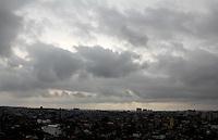 SAO PAULO, SP, 24 DE FEVEREIRO 2012. CLIMA TEMPO CAPITAL PAULISTA.  Ceu com nuvens escuras, visto do bairro do Jabaquara, regiao sul de SP, no final da tarde desta sexta-feira, 24. (FOTO: MILENE CARDOSO - BRAZIL PHOTO PRESS)