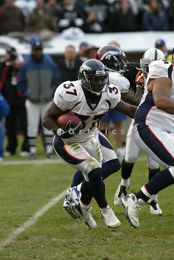 CECIL SAPP, of the Denver Broncos  in action during the Broncos game against the Oakland Raiders on December 2, 2007 in Oakland, California...RAIDERS  win 34-20..SportPics