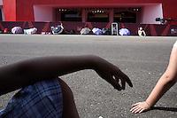 Venezia: fans in attesa dei loro idoli davanti al palazzo del cinema del Lido durante la sessantottesima mostra del cinema