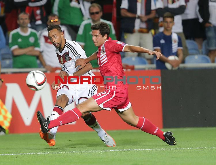 EM 2015 Qualifikationsspiel, Gibraltar vs. Deutschland<br /> Karim Bellarabi (Deutschland), Erin Barnett (Gibraltar)<br /> <br /> <br /> Foto &copy; nordphoto /  Bratic