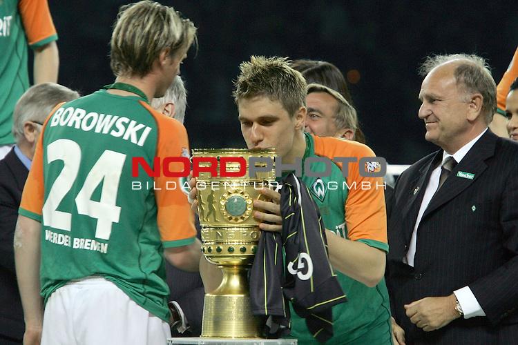 DFB Pokal 2003/2004 - Finale <br /> Werder Bremen vs. Alemannia Aachen 3:2<br /> .TorschŁtze Ivan Klasnic kuesst den Pokal. Links Matchwinner Tim Borowski und re Vorstand Born<br /> <br /> Foto &copy; nordphoto <br />  *** Local Caption *** Foto ist honorarpflichtig! zzgl. gesetzl. MwSt.<br />  Belegexemplar erforderlich<br /> Adresse: nordphoto<br /> Georg-Reinke-Strasse 1<br /> 49377 Vechta