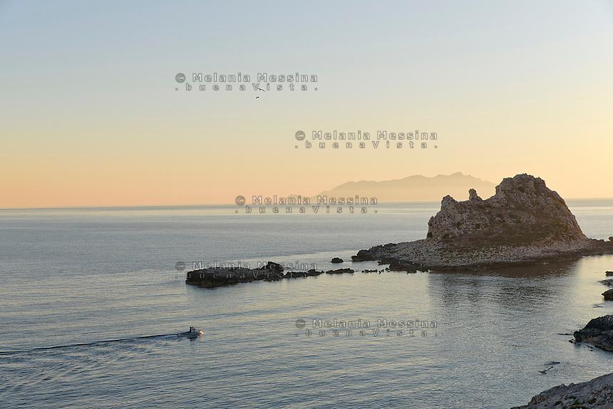 Levanzo e i suoi faraglioni con Favignana nello sfondo.<br /> Sea stacks in Levanzo and Favignana in the background, Egadi islands