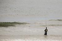 PRAIA GRANDE, SP, 02.01.2014 - CLIMA TEMPO / LITORAL SUL - Movimento de banhistas na praia de Caiçara em Praia Grande litoral sul do estado de Sao Paulo, nesta quinta-feira, 02. (Foto: William Volcov / Brazil Photo Press).