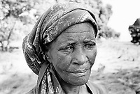 Mozambique. Province of Gaza.Magagamel. The Limpopo river has flooded the whole village. Portrait of a woman who lost all her belongings. © 2000 Didier Ruef