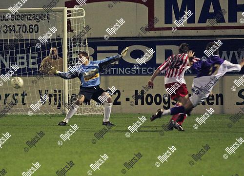 2007-10-27 / Voetbal / VV Hoogstraten- K Patro Eisden Maasmechelen / Doelman Nick Vermeiren (hoogstraten) keepte een goede wedstrijd maar moest zich tweemaal gewonnen geven.