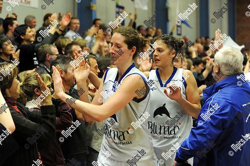 2012-04-21 / Basketbal / seizoen 2011-2012 / Kangoeroes Boom - Ieper / Boonen en Hendrickx (Kabo) groeten de fans na de overwinning..Foto: Mpics.be