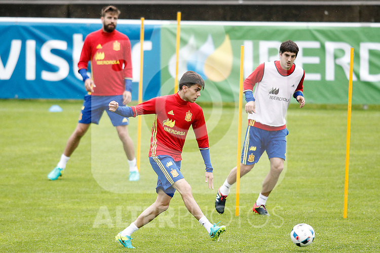 Spain's Marc Bartra (c) Gerard Pique (l) and Mikel San Jose during preparing training stage to Euro 2016. May 30,2016.(ALTERPHOTOS/Acero)