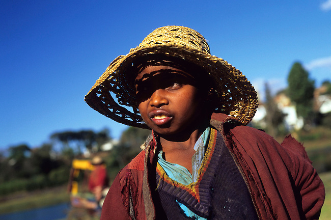 Un enfant a Antsirabe. *** A young boy in Antsirabe.