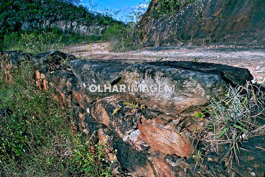 Muro de contenção da Estrada Real. Ouro Branco. Minas Gerais. 2006. Foto de Ricardo Azoury.