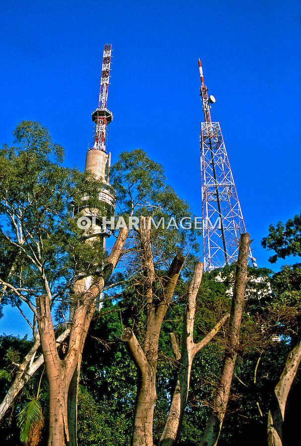 Torres de transmissão de televisão. Perdizes, São Paulo. 2004. Foto de Juca Martins.