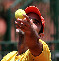 CALI - COLOMBIA – 06-04-2014: Juan Sebastian Cabal de Colombia sirve a Jose Olivares de Republica Dominicana durante un partido de la serie final de partidos en el Grupo I de la Zona Americana de la Copa Davis, entre Colombia y República Dominicana en Estadio de Tenis Alvaro Carlos Jordan en la ciudad de Cali. / Juan Sebastian Cabal of Colombia serves to Jose Olivares of Dominican Republic during a match to the final series of matches in Group I of the American Zone Davis Cup, match between Colombia and Dominican Republic at the Alvaro Carlos Jordan Tennis Stadium in Cali, city. Photo: VizzorImage / Luis Ramirez / Staff