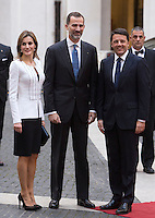 Il Presidente del Consiglio Matteo Renzi accoglie il Re di Spagna Filippo VI e la Regina Letizia a Palazzo Chigi, Roma, 19 novembre 2014.<br /> Italian Premier Matteo Renzi, right, welcomes Spain's King Felipe VI and Queen Letizia at Chigi Palace, Rome, 19 <br /> UPDATE IMAGES PRESS/Riccardo De Luca