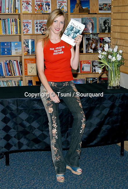 "Heather Mills McCartney was signing her latest book: "" A Single Step "" at Border Books Northridge in Los  Angeles. October 30, 2002.           -            MillsMcCartneyHeather06.jpg"