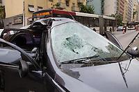 SAO PAULO, SP, 17.10.2013 -  ACIDENTE CARRO X POSTE -- AV NOVE DE JULHO - SP - Carro que vinha sentido centro-bairro na Av Nove de Julho altura do nº 950, região central, colide com poste por volta das 5h da manhã desta quinta-feira (17), segundo testemunha, o rapaz estava em alta velocidade e sem utilizar o cinto de segurança, ele foi socorrido para a Santa Casa em estado grave. O carro permanece no local interditando duas faixas, uma sentido centro, outra sentido bairro.  (Foto: Marcelo Brammer / Brazil Photo Press).