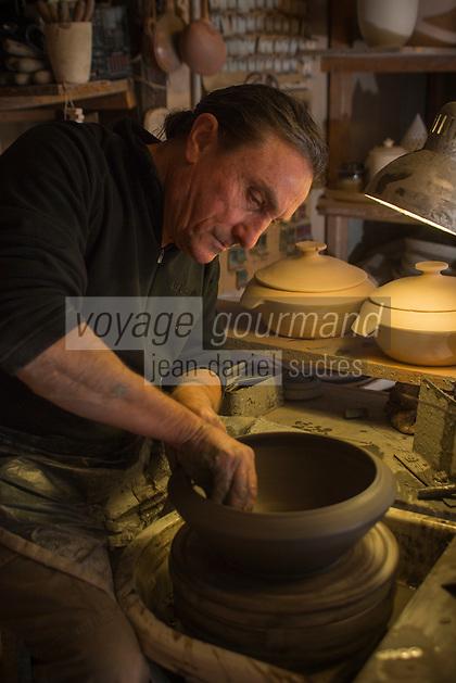 Europe/France/Franche Comt&eacute;/39 /Jura/Lamoura: Raymond Guibert Potier, tourne une soupi&egrave;re  - Poterie Guibert  //  France, Jura, Lamoura,Raymond Guibert Potier, runs a soup tureen - Pottery Guibert <br /> Auto N&deg;: 2013-104