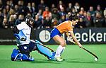 BLOEMENDAAL  - Hockey -  finale KNHB Gold Cup dames, Bloemendaal-HDM . Bloemendaal wint na shoot outs. Keeper Jullia Remmerswaal (HDM) met Pili Romang (Bldaal)  COPYRIGHT KOEN SUYK