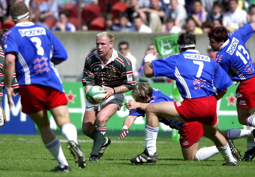 Photo. Richard Lane..Stade Francais v Leicester Tigers. ERC Heineken Cup Final at Parc des Princes, Paris. 19/05/2001..Neil Back attacks.