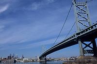 Amérique/Amérique du Nord/USA/Etats-Unis/Vallée du Delaware/Pennsylvanie/Philadelphie : La Skyline avec Independance Hall et Benjamin Franklin Bridge vu depuis l'autre rive de Delaware River