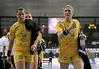 Handball Champions League  Frauen Damen - HCL HC Leipzig : HYPO Niederösterreich - Arena Leipzig - im Bild: Ania Roesler und Natalie Augsburg (r.) unzufrieden gehen sie in die Halbzeit. Foto: Norman Rembarz...