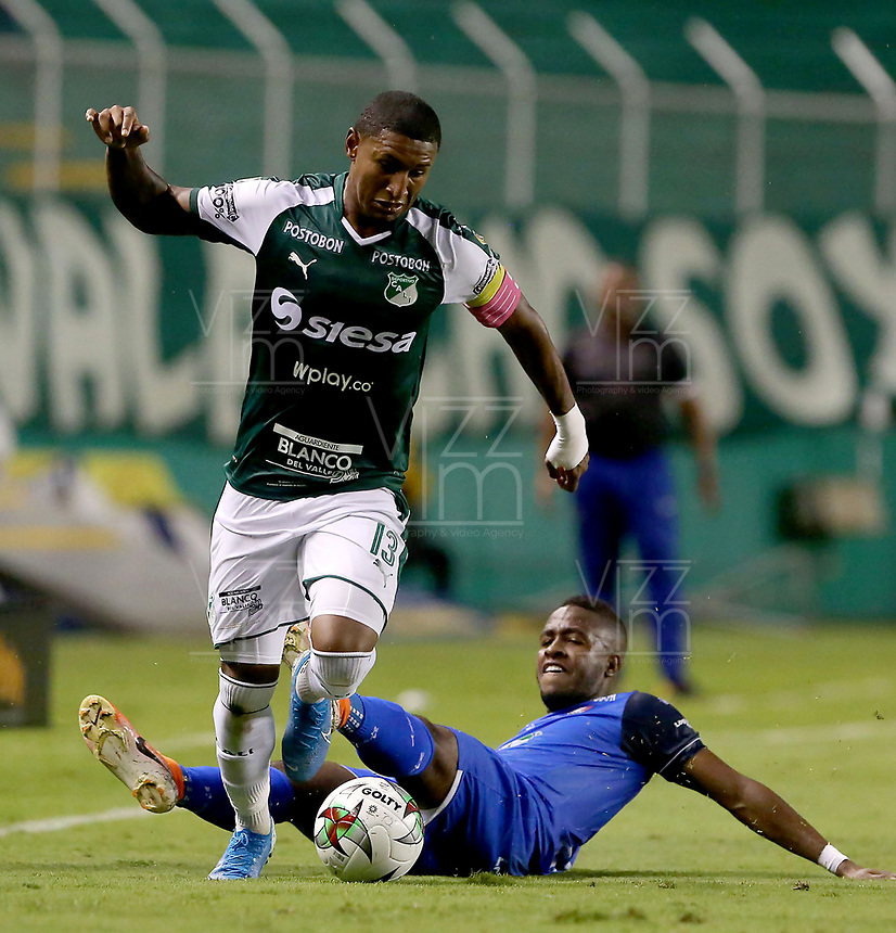 PALMIRA-COLOMBIA, 24-10-2019: Juan Camilo Angulo de Deportivo Cali y Elvis Mosquera de Once Caldas disputan el balón, durante partido entre Deportivo Cali y Once Caldas de la fecha 19 por la Liga Águila II 2019  jugado en el estadio Deportivo Cali (Palmaseca) de la ciudad de Palmira. / Juan Camilo Angulo of Deportivo Cali and Elvis Mosquera of Once Caldas figth for the ball, during a match between Deportivo Cali and Once Caldas of the 19th date for the Aguila Leguaje II 2019 played at the Deportivo Cali (Palmaseca) stadium in Palmira city. Photo: VizzorImage / Nelson Ríos / Cont.