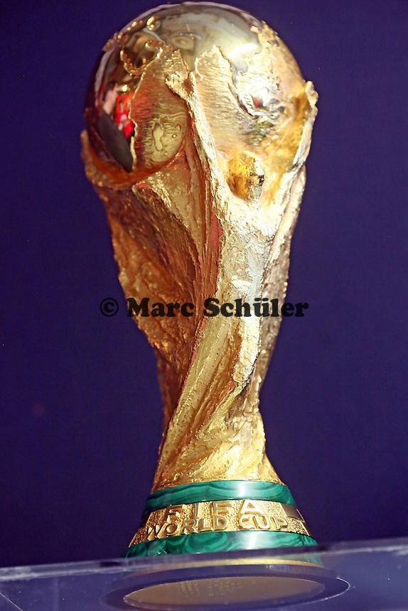 Coupe Jules Rimet auf dem Sockel bei der Verabschiedung des WM-Pokals nach Brasilien- Eintracht Frankfurt verabschiedet den WM Pokal