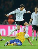 Fussball International  WM Qualifikation 2014   16.10.2012 Deutschland - Schweden Mesut Oezil (li, Deutschland)  gegen Kim Kaellstroem (Schweden)