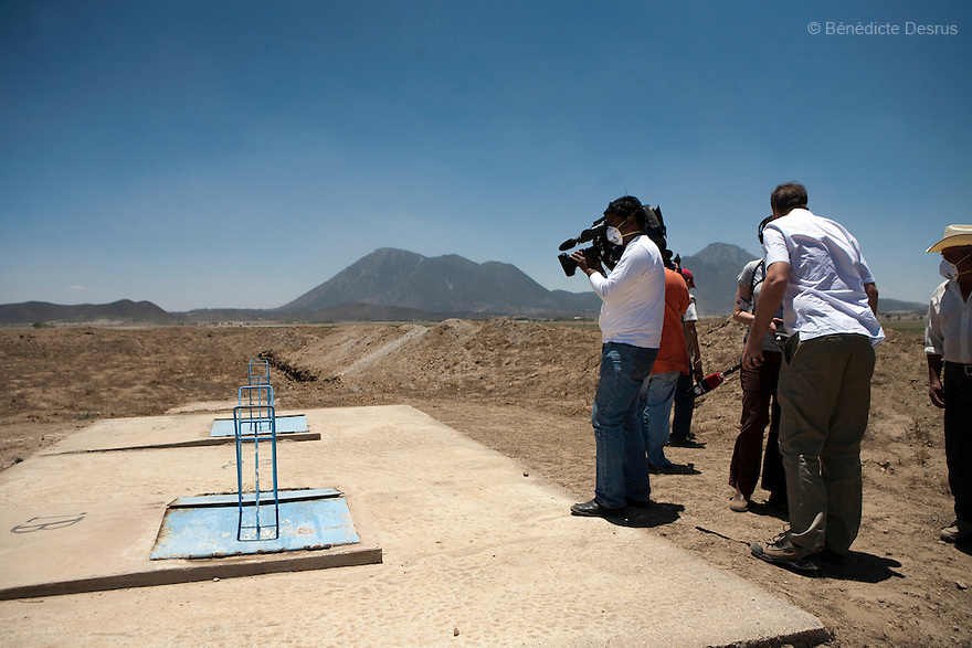 29 april 2009 - La Gloria, Mexico - International Reporters film a module of the Granjas Carroll pig farm that is nearest to La Gloria. The tank of pig waste emits a fetid odour. La Gloria, villlage in the southern Mexican state of Veracruz, where the new strain of swine flu was first detected. Local people have blamed the contamination by pig waste spread into the air and water from nearby industrial pig farms, known as Granjas Carroll and owned by the Virginia-based multinational company Smithfield Foods. A Smithfield spokeswoman says the company has found no clinical signs or symptoms of the flu in its swine herd or its employees in Mexico. Residents of La Gloria say about half the town's residents work in Mexico City and could easily have spread the virus. Photo credit: Benedicte Desrus / Sipa Press