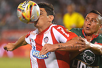 BARRANQUILLA- COLOMBIA -14 -02-2016: Roberto Ovelar (Der.) jugador de Atletico Junior disputa el balón con Andreson Zapata (Der.) jugador de Patriotas FC, durante partido entre Atletico Junior y Patriotas FC, de la fecha 3 de la Liga Aguila I-2016, jugado en el estadio Metropolitano Roberto Melendez de la ciudad de Barranquilla. / Roberto Ovelar (L) player of Atletico Junior vies for the ball with con Andreson Zapata (R) player of Patriotas FC, during a match between Atletico Junior and Patriotas FC, for date 3 of the Liga Aguila I-2016 at the Metropolitano Roberto Melendez Stadium in Barranquilla city, Photo: VizzorImage  / Alfonso Cervantes / Cont.