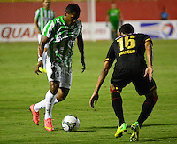 SALVADOR DE BAHIA- BRASIL - 16-10-2014: Manzur (Der.) jugador de Vitoria de Brasil disputa el balon con Wilder Guisao (Izq.) jugador de Atletico Nacional de Colombia durante partido de ida de octavos de final, llave A, de la Copa Total Suramericana entre Vitoria de Brasil y Atletico Nacional de Colombia en el Estadio Manoel Barradao de la ciudad de Salvador Bahia.  / Mansur (R) player of Vitoria of Brasil vies for the ball with con Wilder Guisao (L) player Atletico Nacional of Colombia during a match for the first leg of the eighth of final, key A, between Vitoria de Brasil and Atletico Nacional de of the Copa Total Suramericana in the Manoel Barradao Stadium, in Salvador de Bahia city. Photo: Fotoarena / Photogamma / VizzorImage.