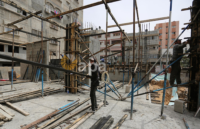 Palestinian laborers construction work at building still under construction to mark May Day or International Workers' Day, in Gaza city on May 01. 2017. Photo by Ashraf Amra