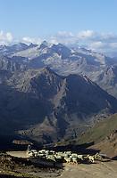 Europe/France/Midi-Pyrénées/65/Hautes-Pyrénées/Pic du Midi de Bigorre (2865 mètres): Moutons et berger avec, en fond, le massif de Néouvielle (sommet: 3192 mètres)