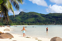 Seychelles, Island Mahe, Anse Boileau: couple at beach, west coast<br />