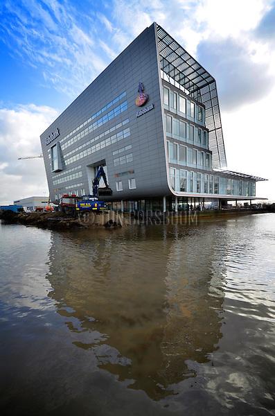 GORINCHEM - In Gorinchem wordt de grond rondom het door bouwbedrijf Winters Bouw & Ontwikkeling gebouwde nieuwe hoofdkantoor voor de Rabobank Alblasserwaard Noord en Oost weggegraven, en vol water gepompt. De Rabobank wordt ongeveer 8.000 m² groot, en belooft een duurzaam gebouw te worden ondermeer vanwege het gebruik van koude- en warmteopslag (KWO), klimaatplafonds en PV-cellen op de zuidgevel.  Het door Ben Kraan ontworpen complex vervangt binnenkort drie vestigingen van de bank in de stad. TON BORSBOOMCOPYRIGHT TON BORSBOOM