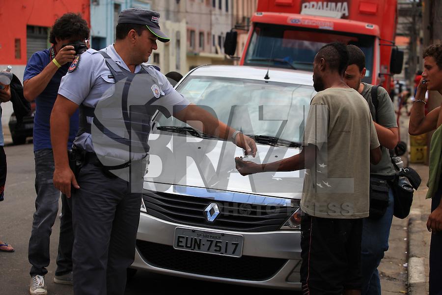 SAO PAULO, SP, 13 DE JANEIRO DE 2012 - CRACOLANDIA -  Policia Militar, aborda grupos de usuarios de crack na que voltaram a ocupar a região conhecida como Cracolandia, centro da cidade, nesta manha de sexta-feira (13).FOTO RICARDO LOU - NEWS FREE