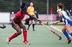UTRECHT -   Laura Marell (Laren) met rechts Kiki van Wijk (Kampong) tijdens de hockey hoofdklasse competitiewedstrijd dames:  Kampong-Laren (2-2). COPYRIGHT KOEN SUYK