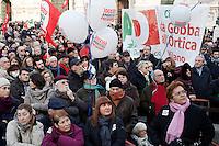 Milano: il Partito Democratico ha organizzato in Piazza Duomo una manifestazione per sostenere la candidatura di Umberto Ambrosoli a presidente della Regione Lombardia e Pier Luigi Bersani a Presidente del Consiglio..Gente assiste al comizio