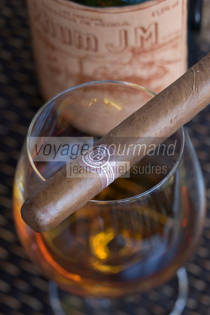 France/DOM/Martinique/Le François: Hôtel Cap Est Lagoon Resort & Spa - Octave Bonheur chef Barman du bar à rhum le Cohi Bar marie cigares et Vieux rhums Rhum JM 1989 et Cigare Montecristo N°4